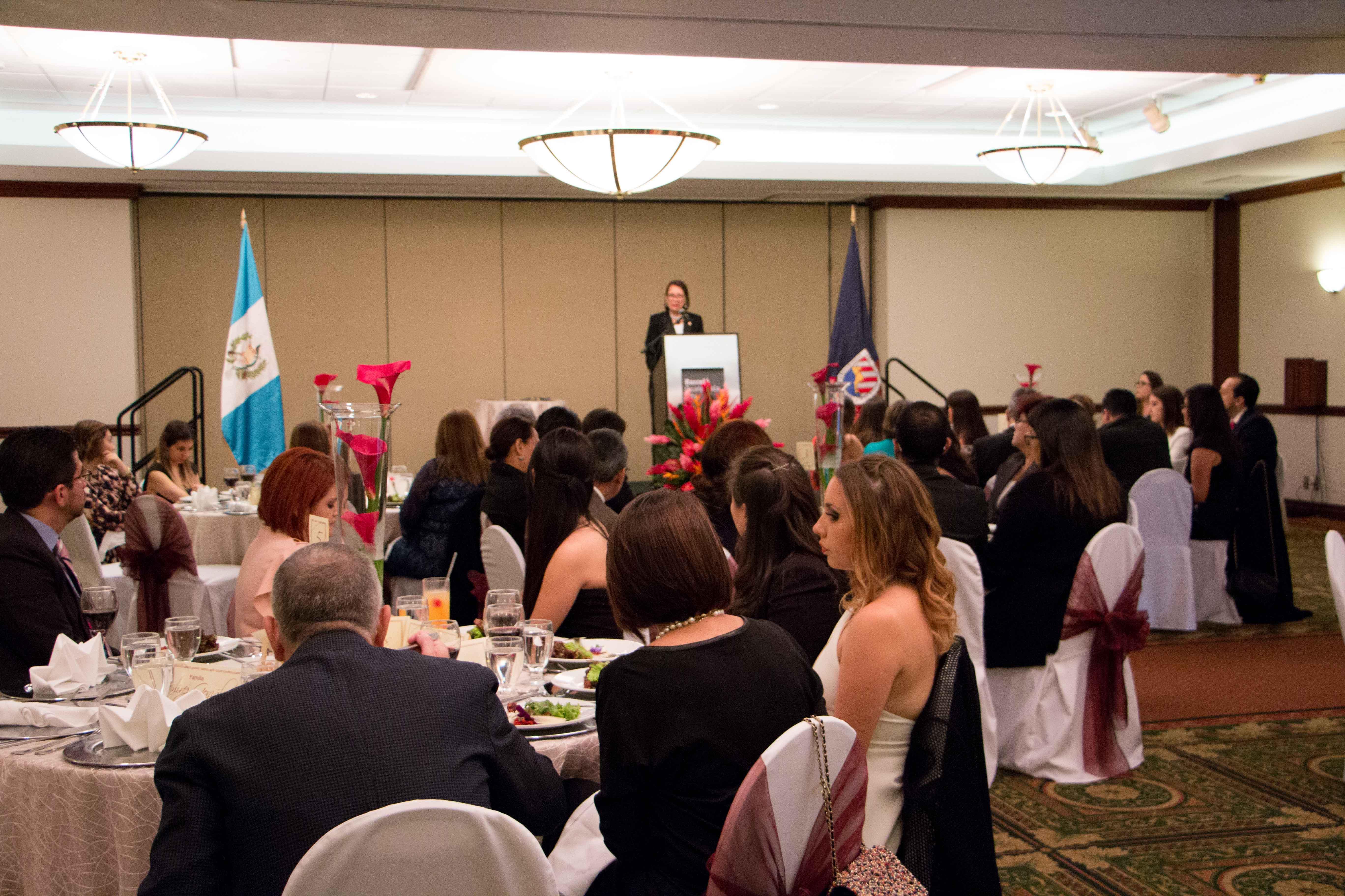 Cena de graduaci n universidad del istmo de guatemala for Maestria en arquitectura de interiores